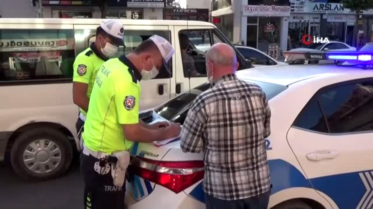 Polis karayolunda kolonya ve düdük dağıtarak bayram kutladı