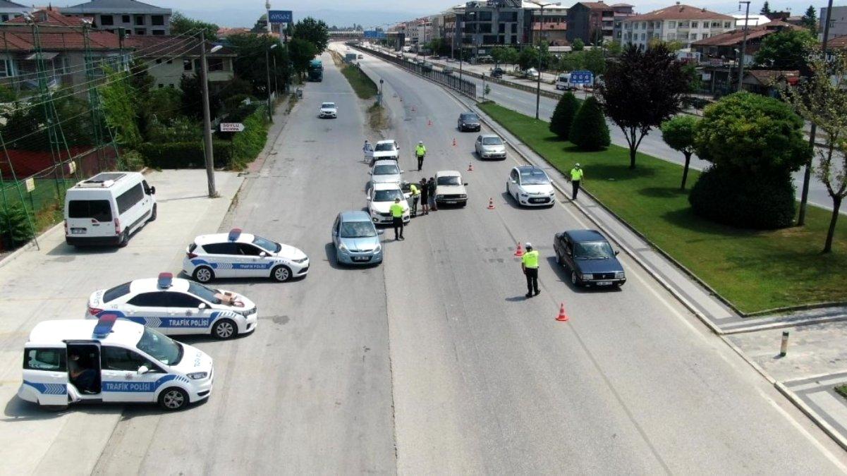 Son dakika haberi: Polis karayolunda kolonya ve düdük dağıtarak bayram kutladı